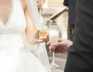 mariés trinquent